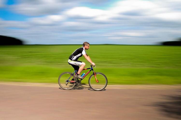 Affiner ses bras et redessiner ses muscles avec le vélo